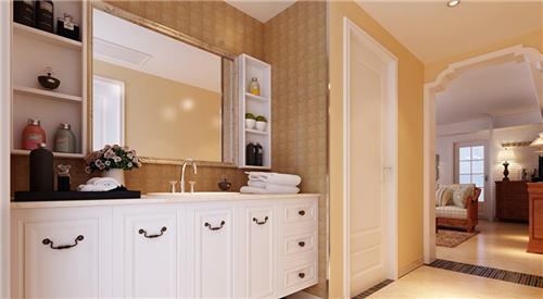 背景墙没有采用普通的电视墙,将一个欧式的木柜贴墙而立,墙面悬挂着